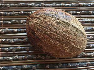 Halbierte braune Kokosnuss