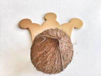 Kokosnuss mit goldener Krone